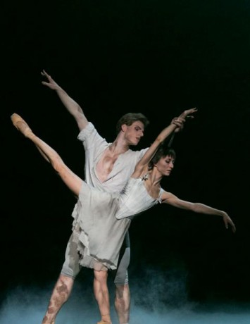 Manon - Sir Kenneth MacMillan, Photo © Sakari Viika, Manon - Petia Ilieva, Des Grieux - Michal Krcmar (19)