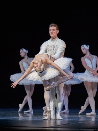 Swan lake 2017 - Kenneth Greve, EunJi Ha Michal Krcmar Prince, Photo Mirka Kleemola  (14)