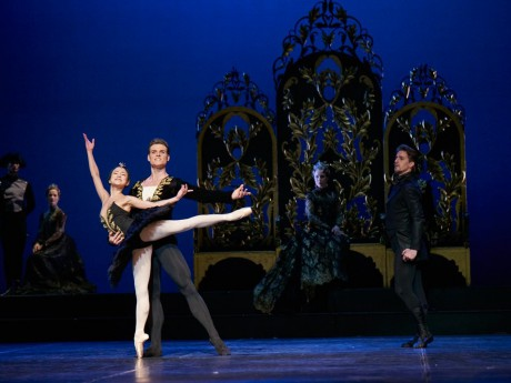 Swan lake 2017 - Kenneth Greve, EunJi Ha Michal Krcmar Prince, Photo Mirka Kleemola  (22)