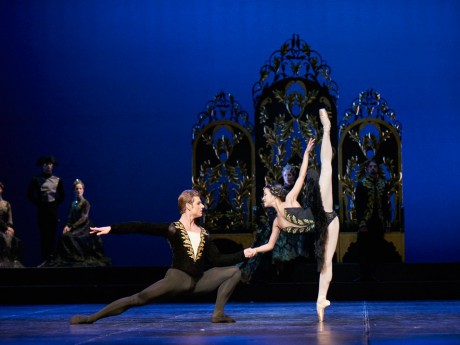 Swan lake 2017 - Kenneth Greve, EunJi Ha Michal Krcmar Prince, Photo Mirka Kleemola  (24)