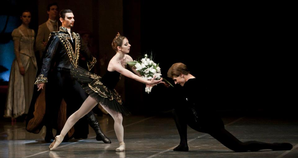 Swan lake Photo© Martin Divisek Prague State opera Alina Nanu and Michal Krcmar (7)