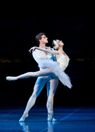 Swan lake Photo© Martin Divisek Prague State opera Alina Nanu and Michal Krcmar (3)
