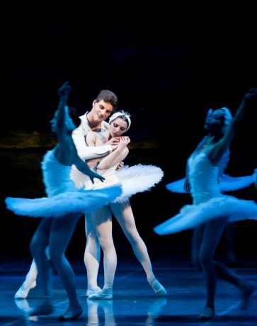 Swan lake Photo© Martin Divisek Prague State opera Alina Nanu and Michal Krcmar (4)